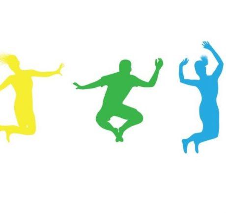 Deux athlètes féminins et un athlète masculin sautant