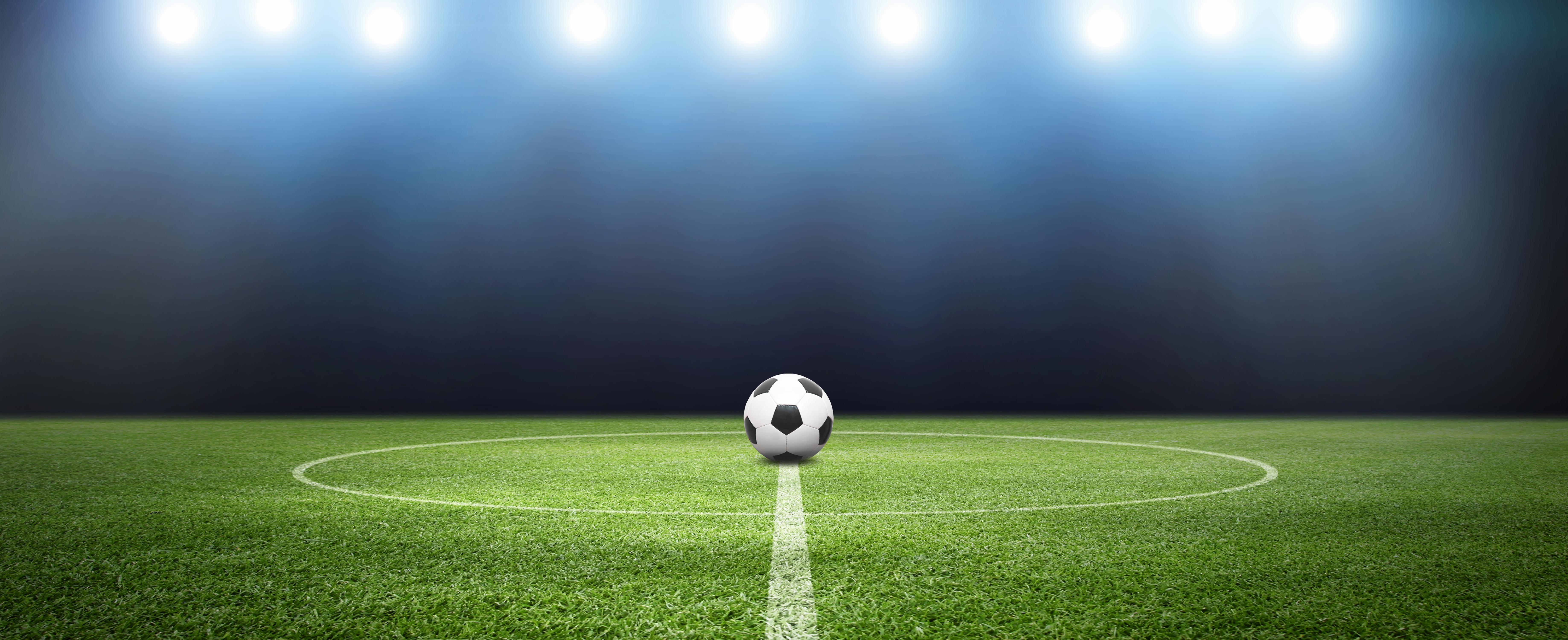 Ballon de football au milieu d'un terrain