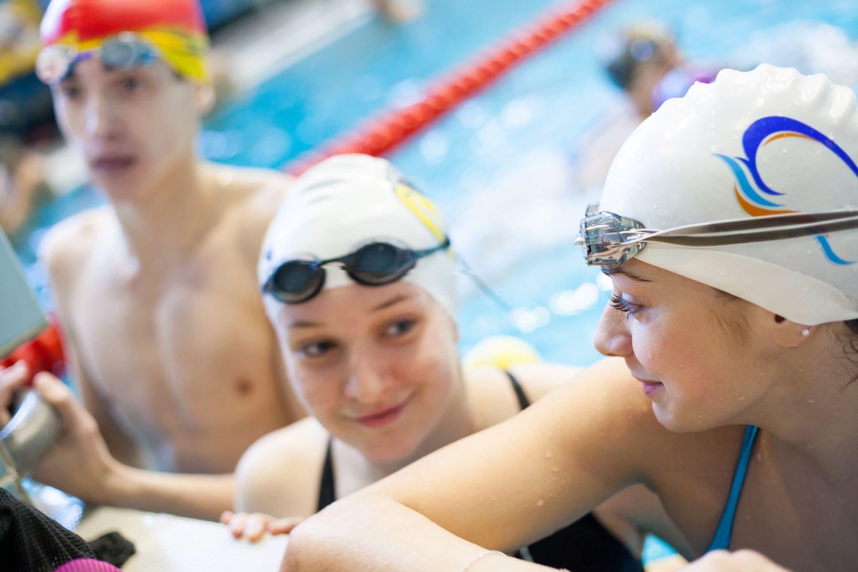 Des nageurs discutent entre eux après l'entraînement