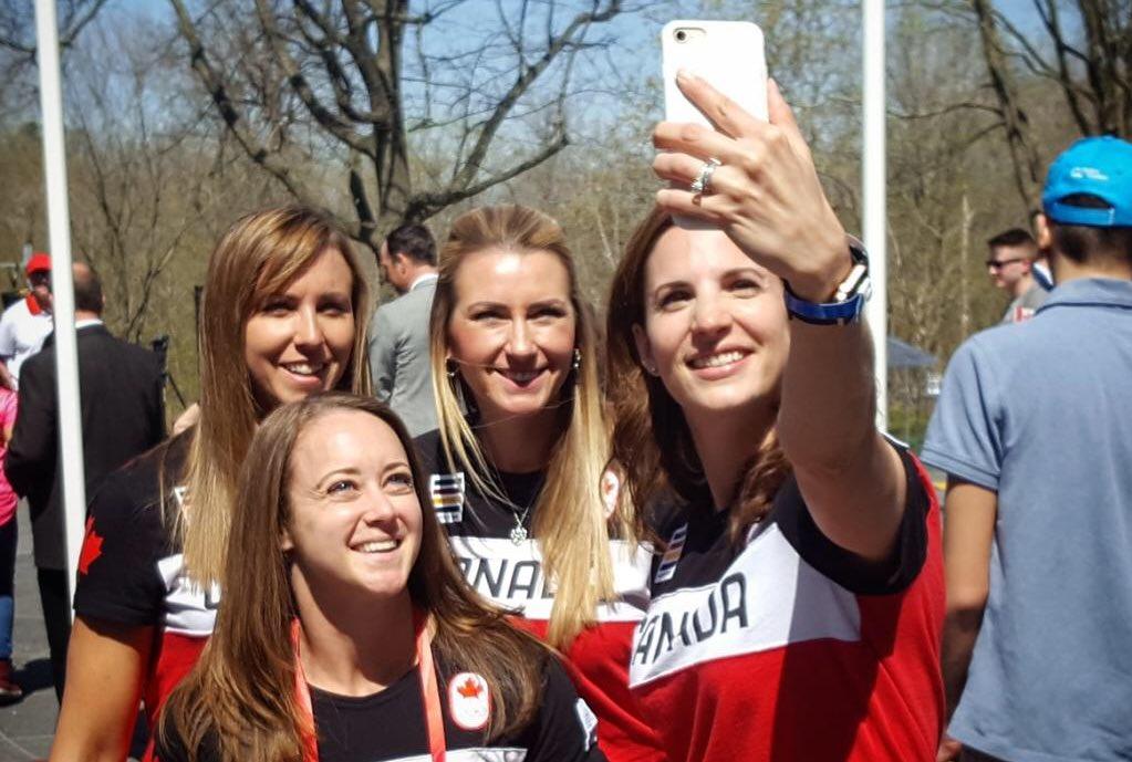 Quatre athlètes féminines canadiennes prenant un selfie