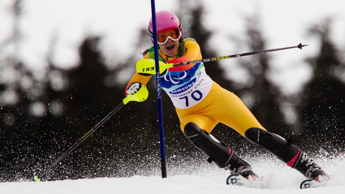 Para alpine skier Wizniewska on the track