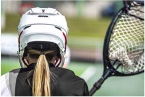 Une joueuse de crosse portant un casque.